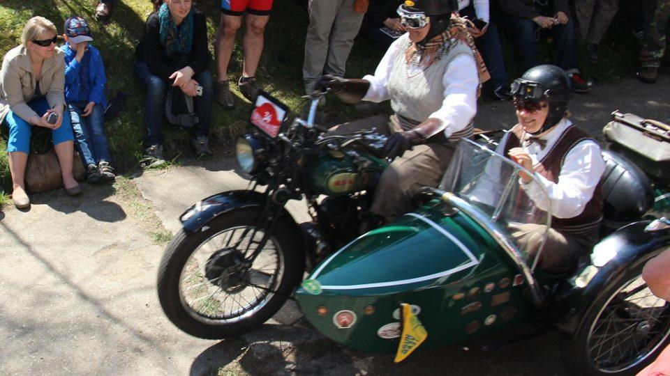 Osmdesátiletá Libuše Šulcová je jedinou ženou, která řídí historický motocykl se sajdkárou