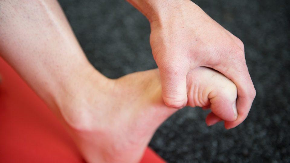 Nikdy nezapomínejte na prsty. Lehké ohnutí, natažení a jemné povytažení prstů pomůže rozhýbat a zprostředkovaně působí proti nepříjemným pocitům při běhu