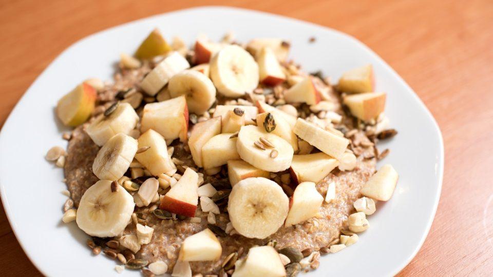 Na hotovou kaši přidáme ořechy, opražená semínka a ovoce. V této podobě podáváme