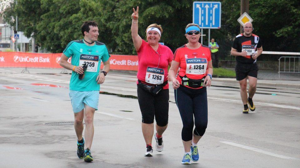 Trenér Lukáš Martinek po celou dobu závodu doprovázel Alenu a Danu. Obě svůj první půlmaraton zvládly