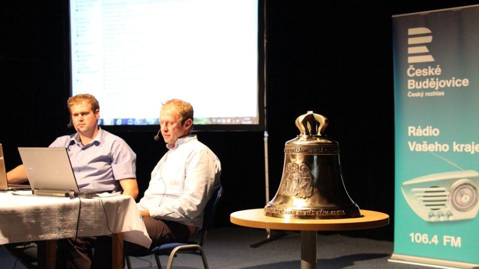 Beseda o zvonech se zvonařem Michalem Votrubou (vlevo) a redaktorem Janem Kopřivou, který připravuje cyklus Hlasy jihočeských zvonů