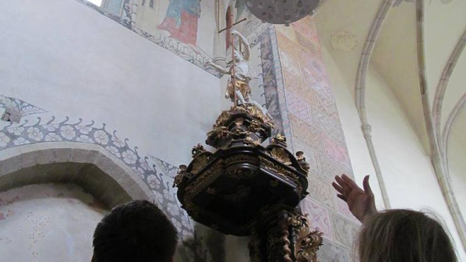 Postavy světců u stropy přišly o hlavy