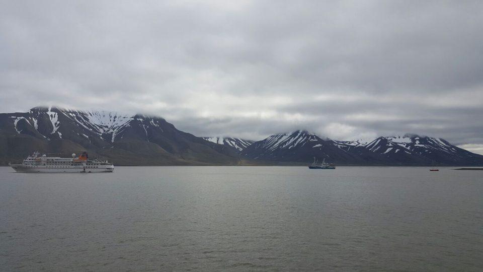 Lodě u městečka Longyearbyen v Arktidě, kam pravidelně jezdí jihočeští vědci. Odsud ještě odjíždějí do terénní stanice v zátoce Petunia, která je zcela mimo civilizaci