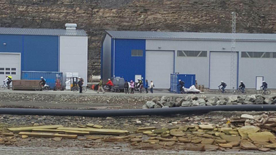 V přístavu v městečku Longyearbyen na arktickém souostroví Špicberky uvidíte i cyklisty