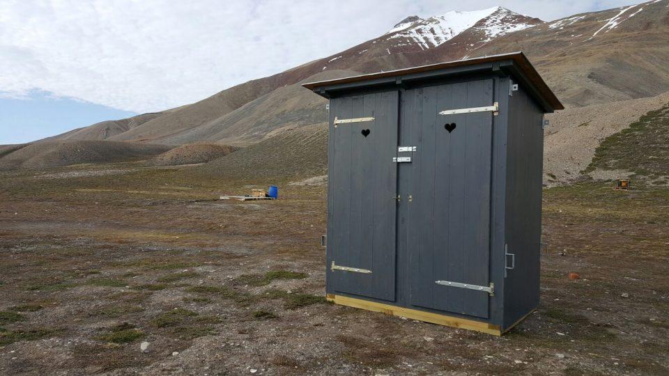 Toaleta v arktické divočině. I v kadibudce je dělobuch, aby mohl polárním v případě potřeby odehnat medvěda
