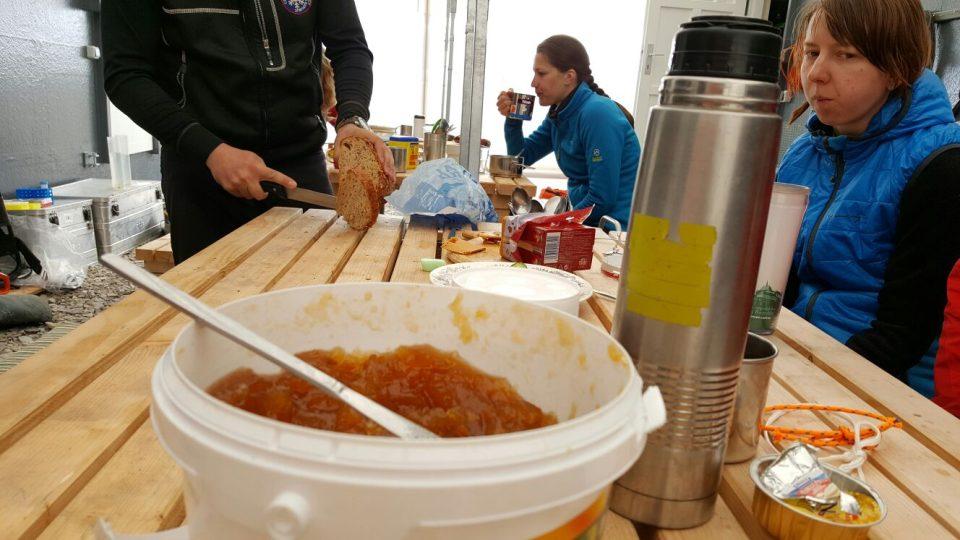 Společná snídaně účastníků expedice