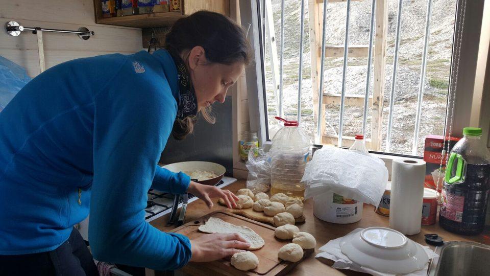 Studentka Tereza Hromádková připravuje langoše pro účastníky expedice v Arktidě