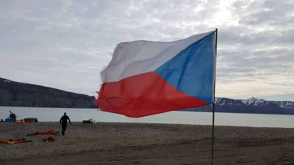 Stanice Centra polární ekologie na Špicberkách uprostřed arktické divočiny