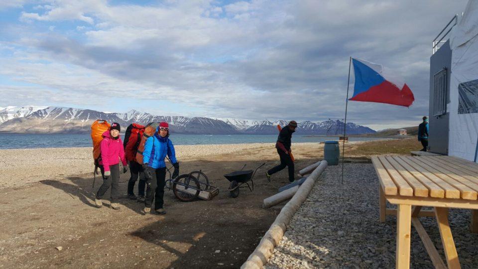 Příjezd botaniků na stanici Centra polární ekologie uprostřed arktické divočiny