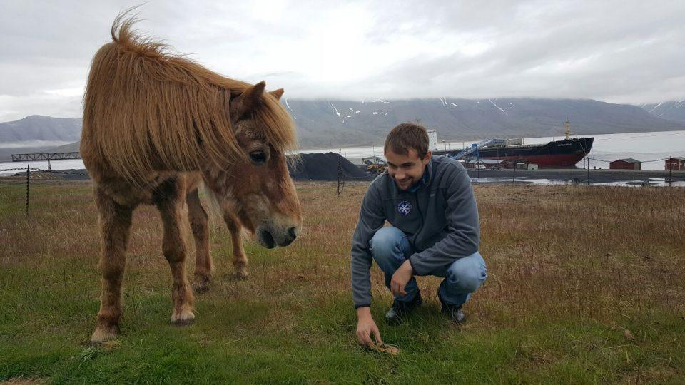 Student Marek Brož chytá v arktickém městečku hraboše. Líčí pasti u koňské stáje, kde se hlodavci často objevují