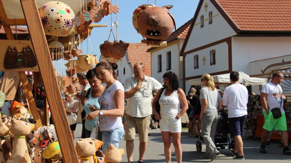 Na holašovické návsi nabízelo své výrobky více než 200 řemeslníků