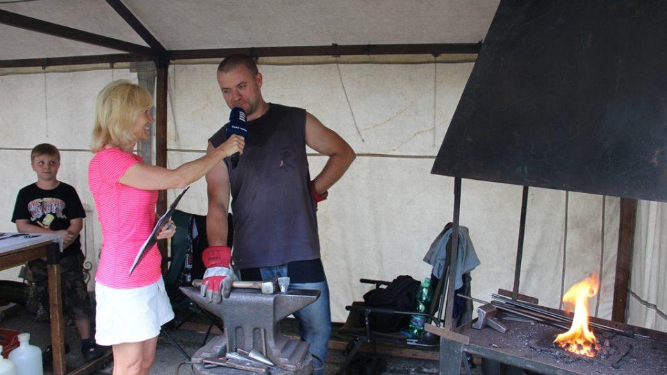 Umělecký kovář Petr Prokop v přímém přenosu Českého rozhlasu z Holašovic