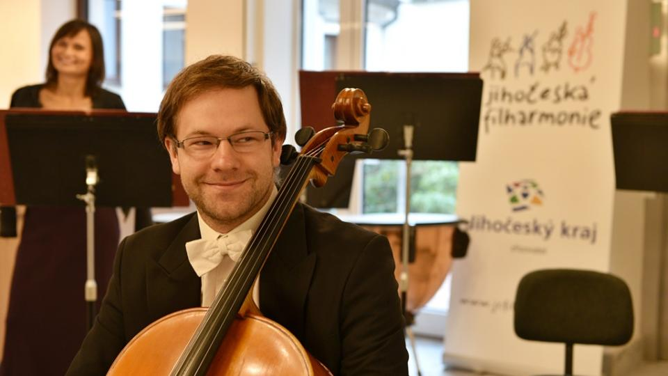 Jihočeská filharmonie otevřela po opravě svou budovu v Českých Budějovicích. Na violoncello hrál Karel Chudý