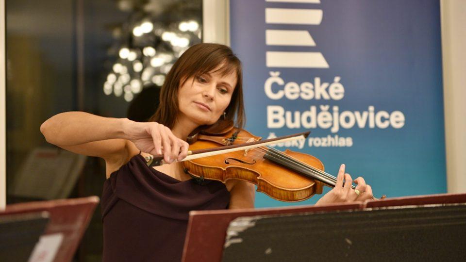 Jihočeská filharmonie otevřela po opravě svou budovu v Českých Budějovicích. Na housle hrála Lili Červenková
