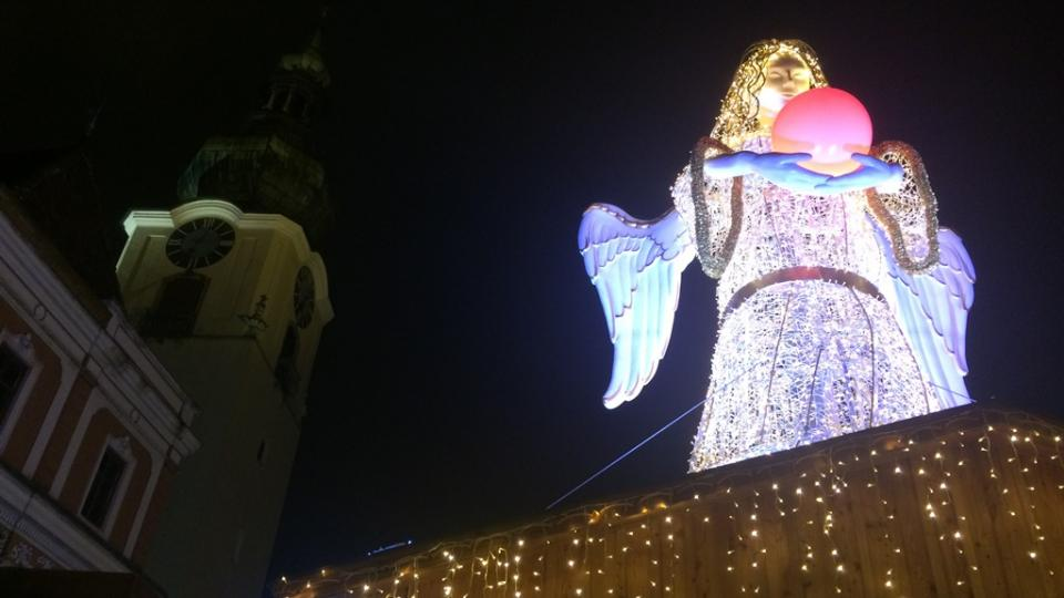 Adventní trhy v hornorakouském městě Wels. Osm metrů vysokou světelnou sochu Ježíška vyrobila česká firma z Brna