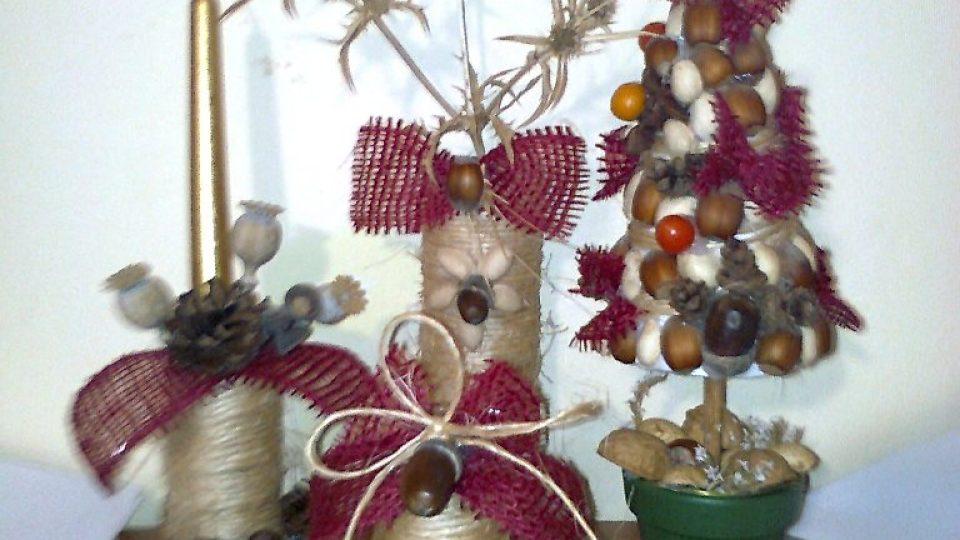 Vánoční zátiší ze svícnu, zvonečku, stromečku a vázičky pro větvičku barborky nebo zlatice
