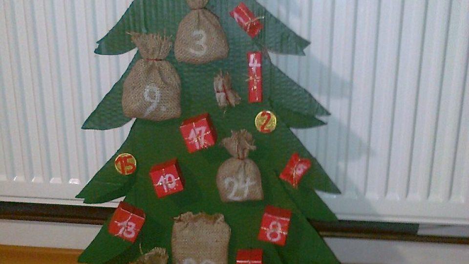 Adventní kalendář ve tvaru stromečku, který vyrobila Blanka Příhodová pro své vnuky