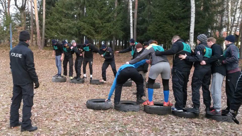 Fyzická příprava policistů v areálu u Lišova, kterou vede instruktor službení přípravy Pavel Strnad