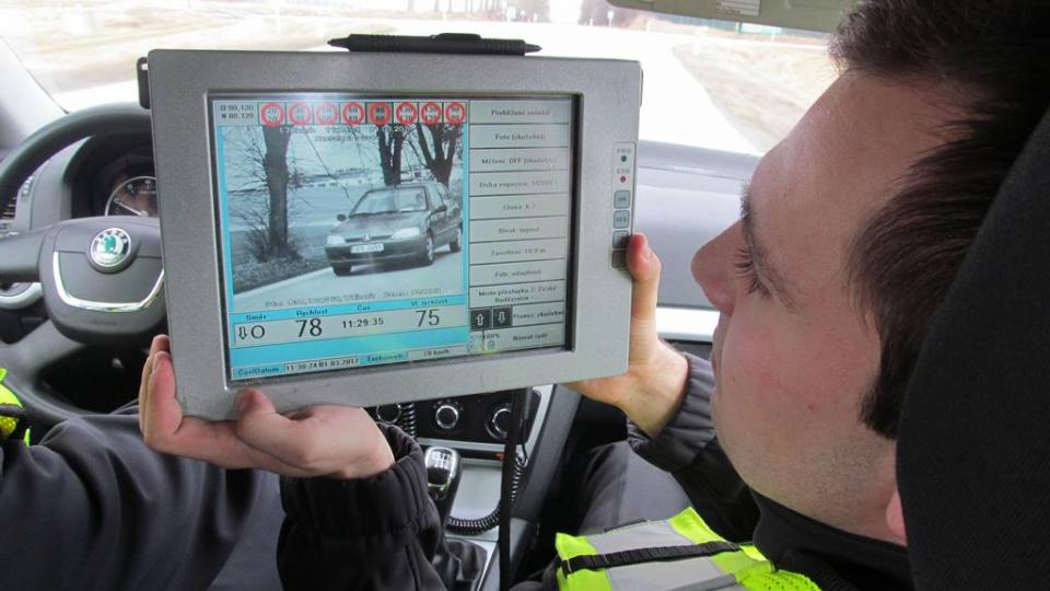 Policejní dopravní hlídky používají služební vozidla s radarem. Ten zaznamenává rychlost ostatních automobilů, přestupky se také natáčí na videokameru