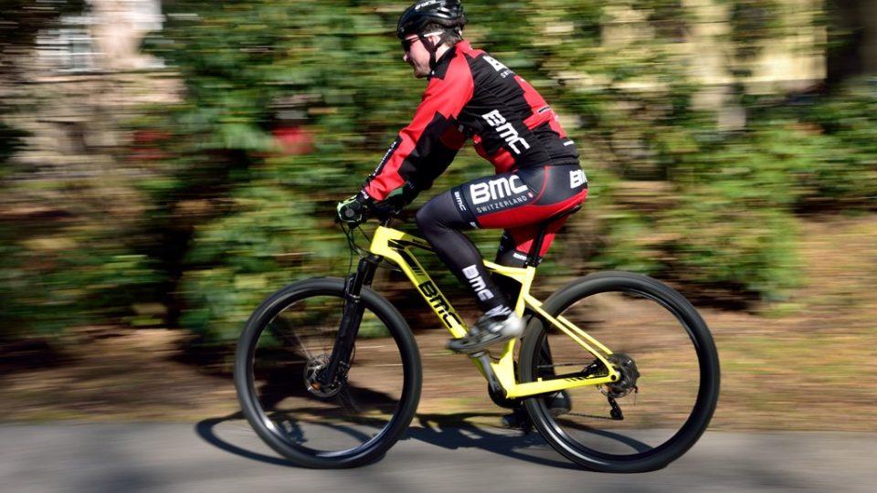 Lukáš Martinek, odborný garant pořadu Návod na cyklistiku, při jízdě na horském kole