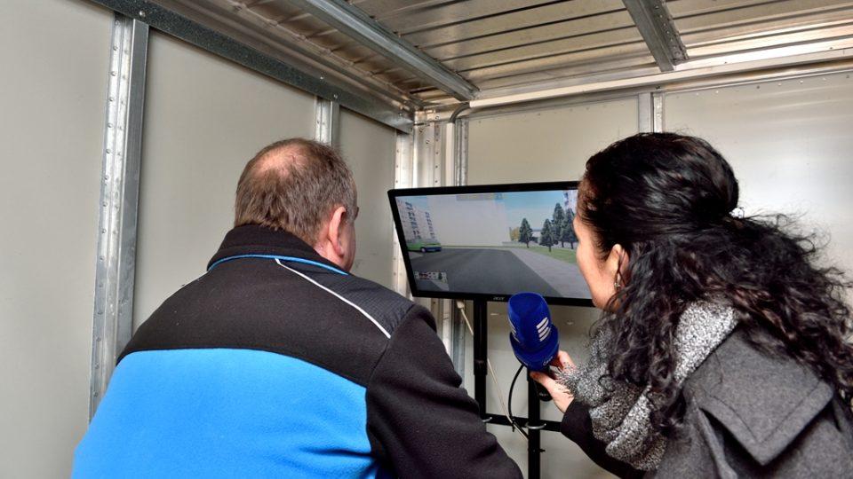 Krajský koordinátor Besipu Václav Kovář ukazuje redaktorce Márii Pfeiferové různé situace na cyklotrenažéru