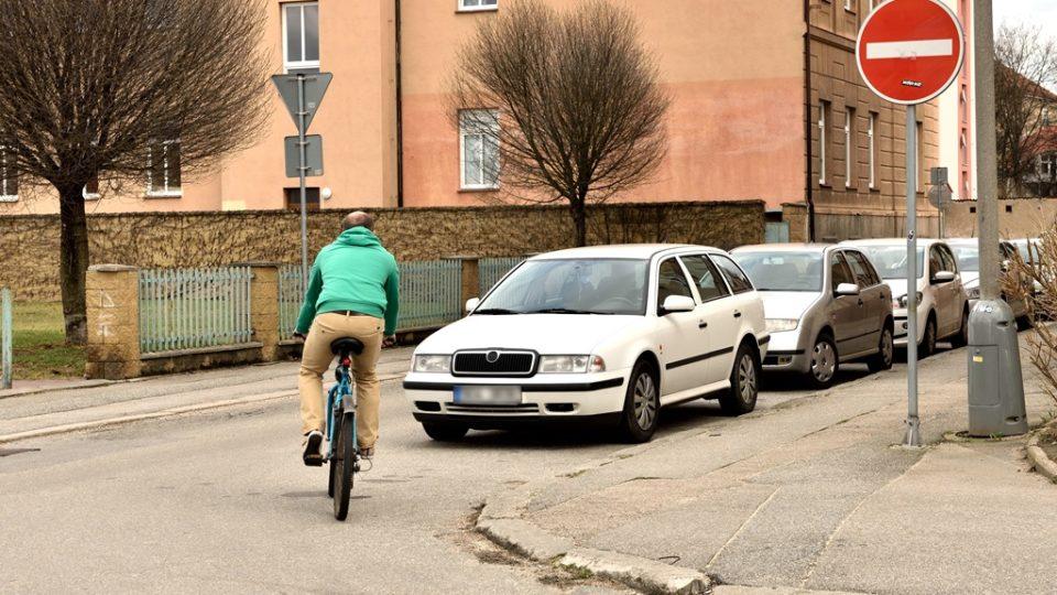 Jednosměrka platí i pro cyklisty. Na kole do ulice v zakázaném směru nevjíždějte