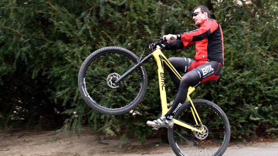 Jízda po zadním kole je sice efektní, ale nebezpečná. Hrozí, že přepadnete na záda a zraníte si hlavu