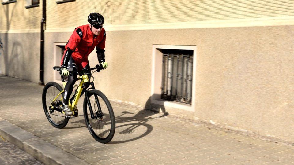 Po chodníku se na kole nejezdí! Hrozí srážka s chodcem, která může skončit vážným zraněním a třeba také soudním sporem s chodcem, který byl v právu