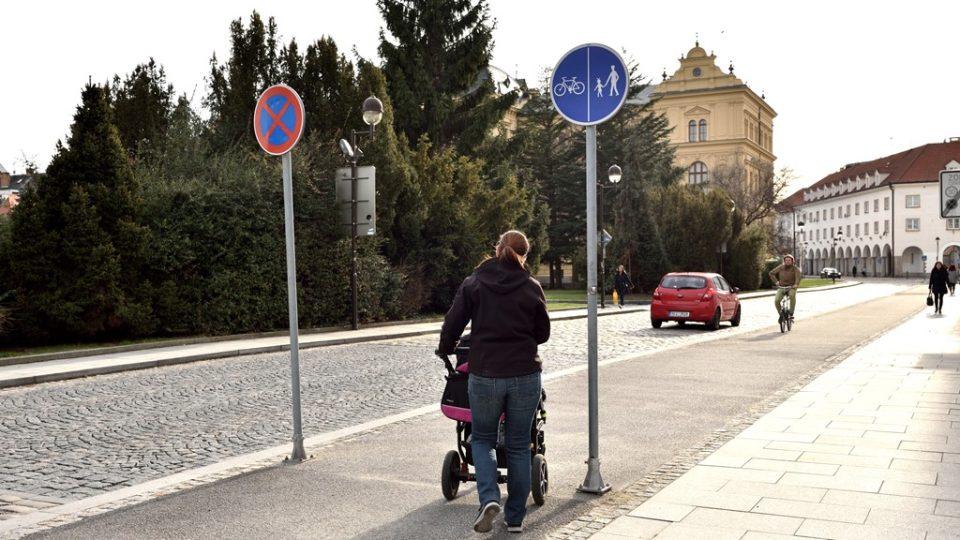 Sledujte značky. Pokud je vyznačen pruh pro chodce a pruh pro cyklisty, držte se ve své části