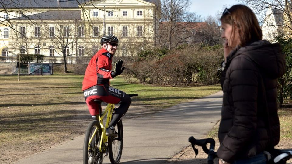 Cyklista by se měl stále dívat dopředu. Jakmile otočíte hlavu, kolo okamžitě mění směr jízdy