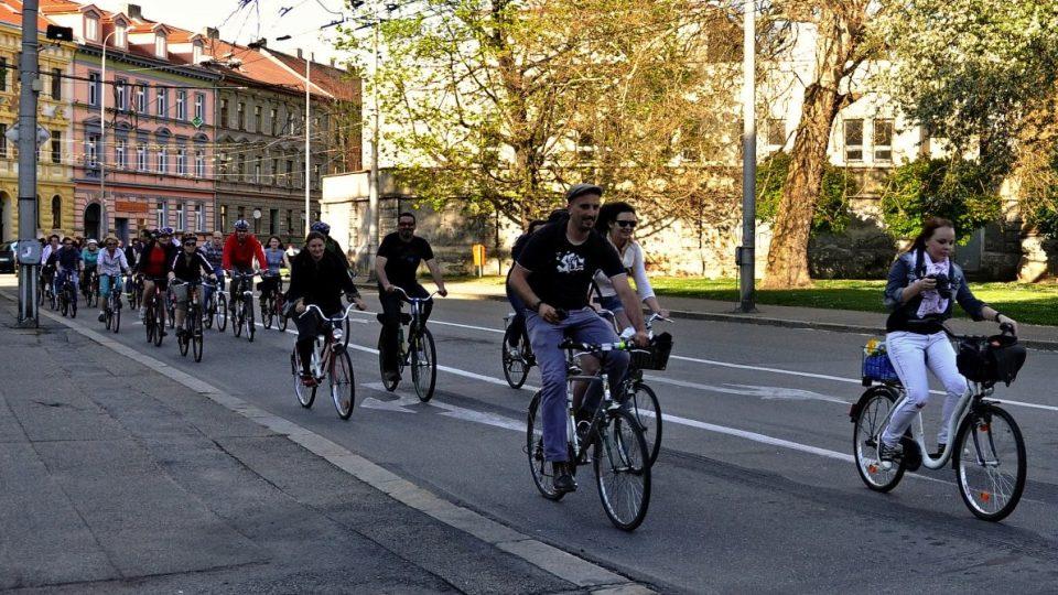 Džíny a bavlněné triko se pro jízdu na kole rozhodně nehodí. Aby byla jízda co nejpříjemnější, vezměte si sportovní oblečení z funkčního materiálu. I ten nejlevnější funkční materiál má mnohonásobně lepší vlastnosti než bavlna