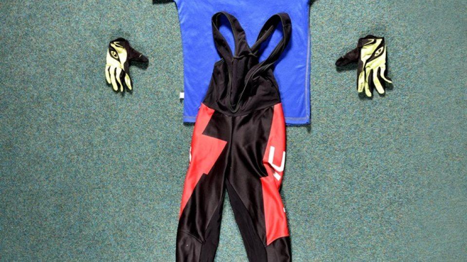 Základní výbava každého cyklisty - přilba, triko z funkčního materiálu, cyklistické kalhoty a rukavice