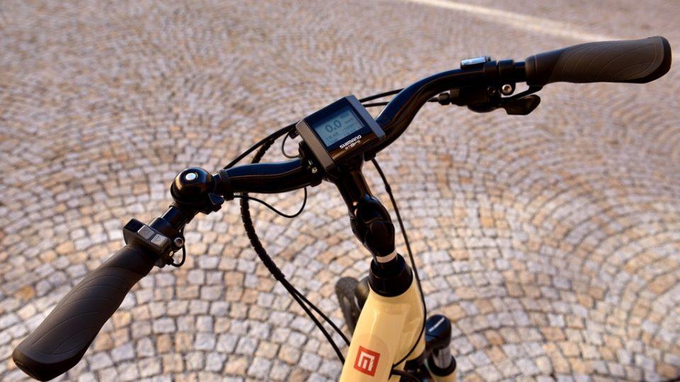 Na displeji elektrokola si cyklista navolí, jakou silou má motor při šlapání pomáhat, možností je několik