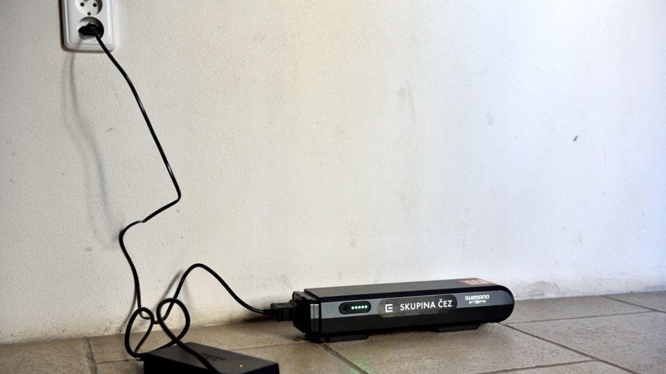 Když baterii dojde energie, stačí nabíjet v běžné zásuvce