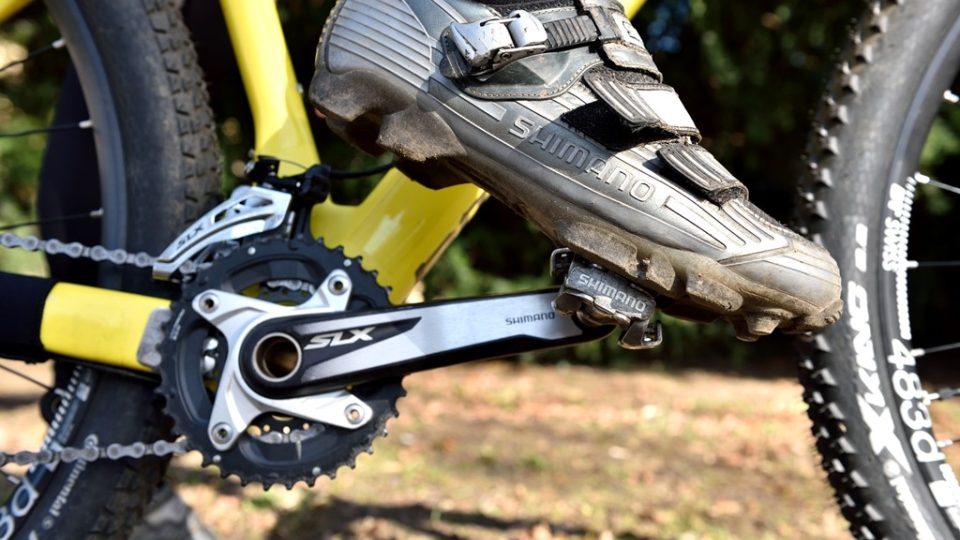 Správná pozice nohy na pedálu - osa pedálu prochází největším kloubem palce. Mírný náklon nohy dopředu zajistí nejefektivnější šlapání