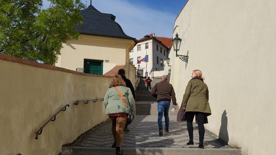 Staré zámecké schody jsou 230 metrů dlouhé a mají 121 schodů