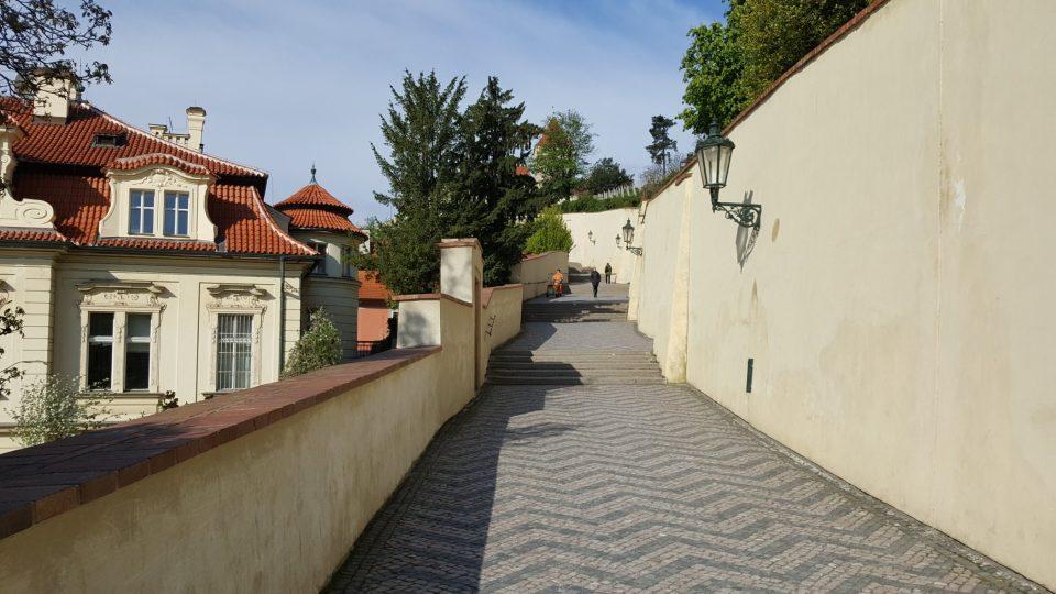 Na Klárově, v ulici Pod Bruskou, začínají Staré zámecké schody