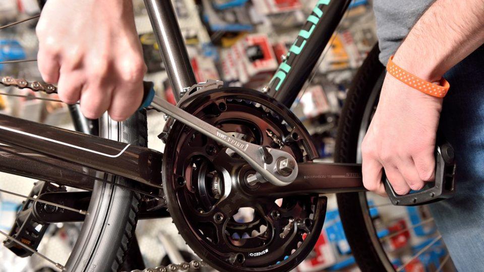 Utahování šroubu na středu jízdního kola