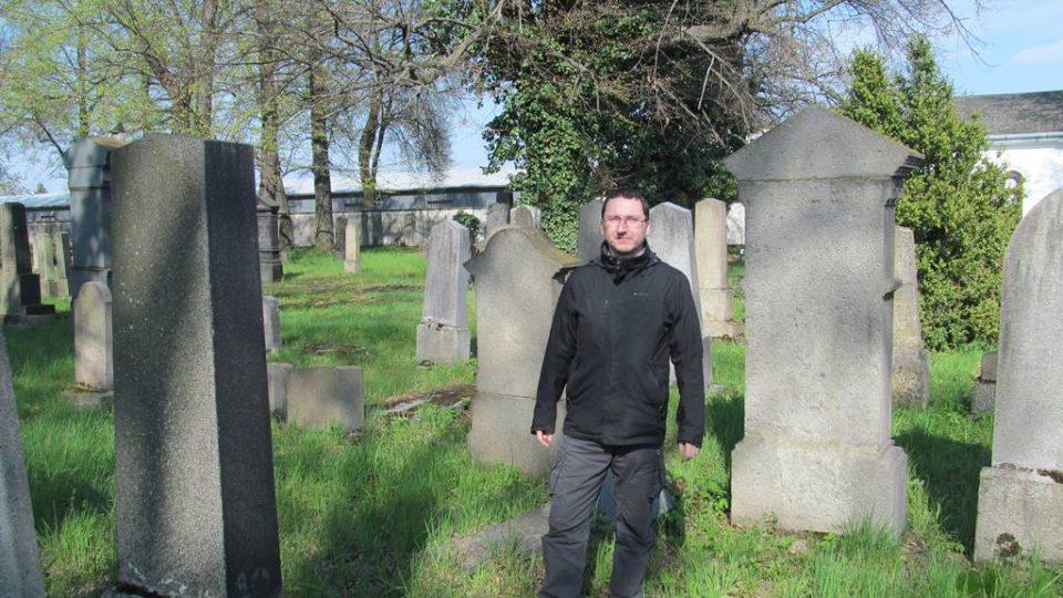 Publicista Jan Ciglbauer na židovském hřbitově v Českých Budějovicích