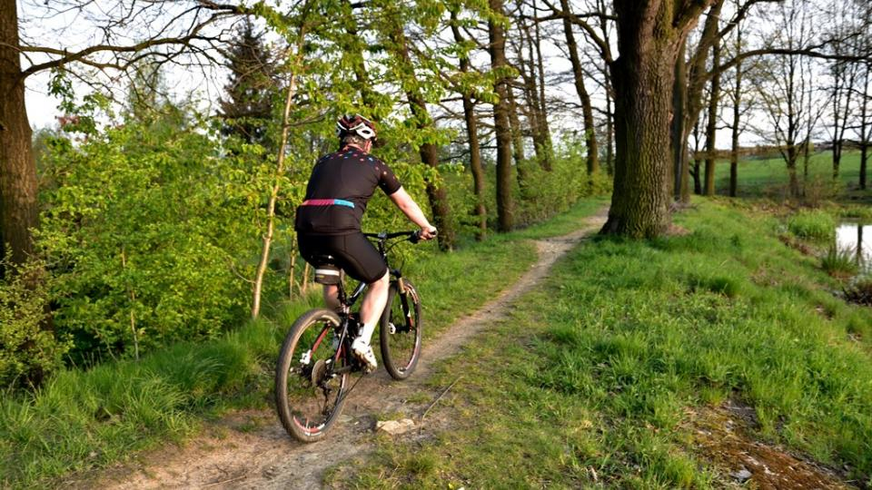 Cyklotrasy jsou pouhým návodem, kudy se dá jet. Mohou vést po silnici, cyklostezce, ale i po nezpevněných cestách
