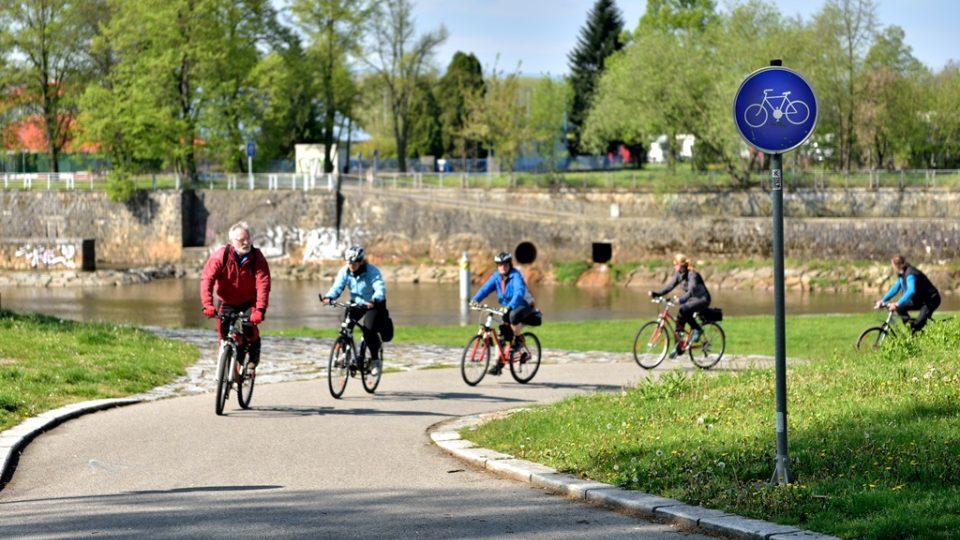 Stezka pouze pro cyklisty je označena kulatou modrou dopravní značkou s bílým piktogramem jízdního kola uprostřed