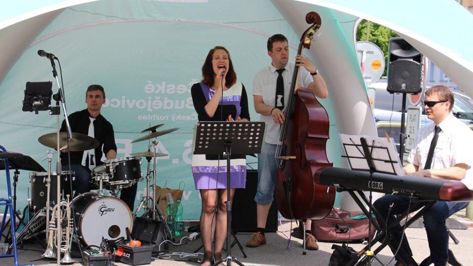 Před budovou Českého rozhlasu České Budějovice hrála kapela Two Towers Hulu Jazz