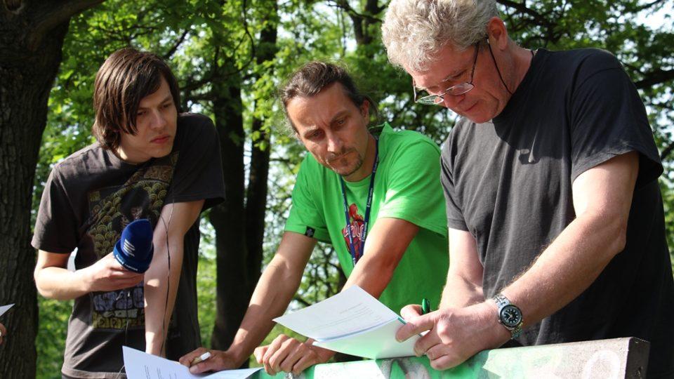 Reportér Martin Pokorný (uprostřed) zájemcům prozradil, co obnáší jeho práce