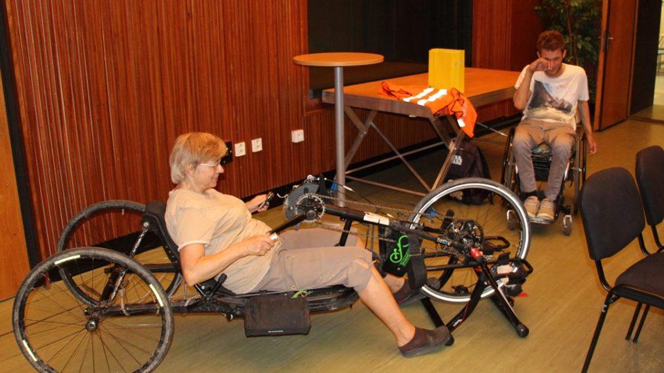 Při cestovatelské besedě Jiřího Čelouda lidé vyzkoušeli i jeho dopravní prostředek - handbike
