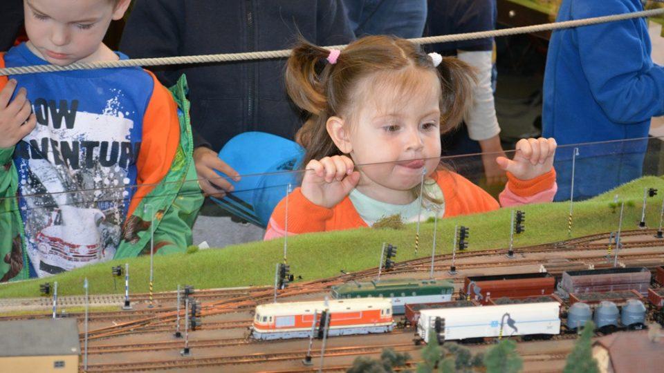 Klub železničních modelářů České Budějovice pravidelně ukazuje své kolejiště lidem, zájem je velký
