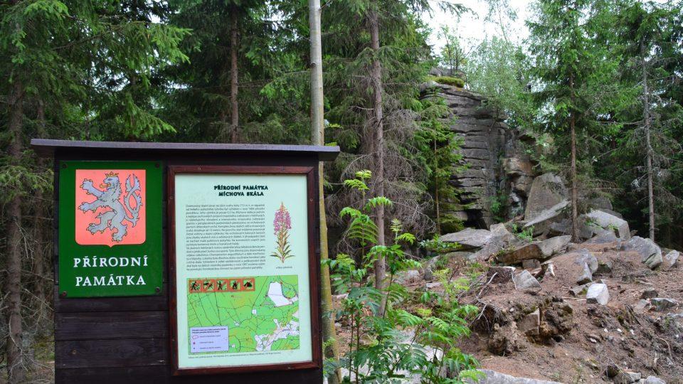Tabule s popisem skalního útvaru Míchova skála