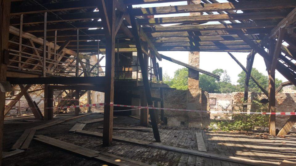 Vyhořelý bývalý pivovar v areálu jindřichohradeckého zámku nakonec koupilo město. Chce objekt zachránit