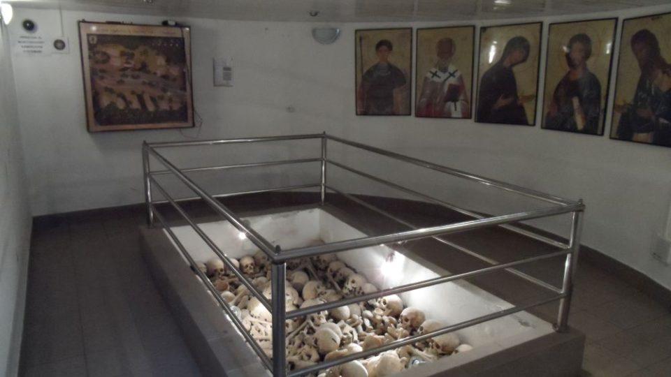 Otevřená šachta v Osadné ukrývá ostatky 1025 rakousko-uherských vojáků, z nichž pouze 23 je známo jménem. Vojáci byli v době první republiky exhumováni v širokém okolí