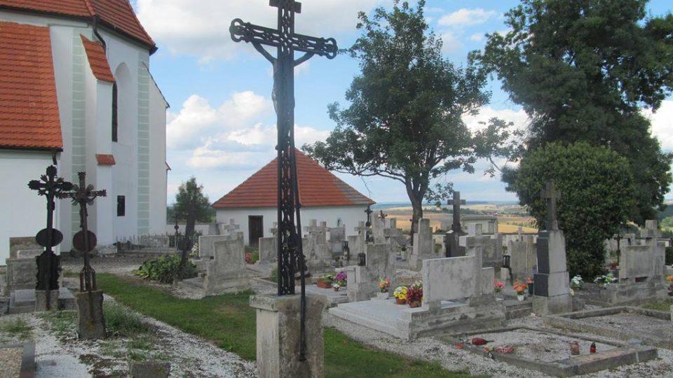 Hřbitov v zaniklé obci Křtěnov. Po dobu výstavby jaderné elektrárny Temelín se tu vůbec nesmělo pohřbívat