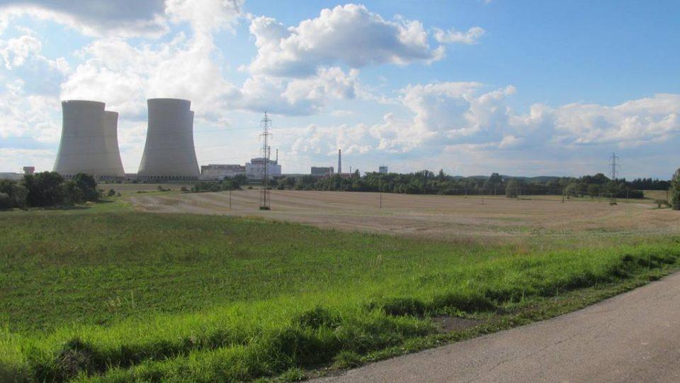 Jaderná elektrárna Temelín, mezi stromy vpravo je kostel svatého Prokopa, který zbyl po zaniklé obci Křtěnov